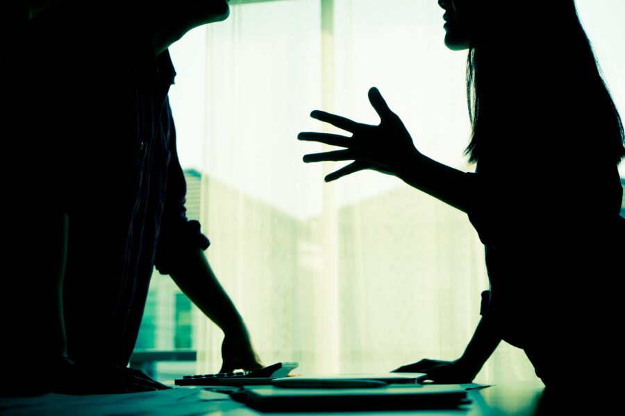 夫の会社が倒産し、お金がないのに飲んで深夜に帰ってくる上に暴力も始まり離婚